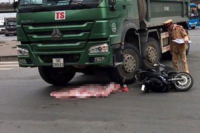 Hà Nội: Bé trai 2 tuổi văng ra đường, thiệt mạng dưới gầm xe tải