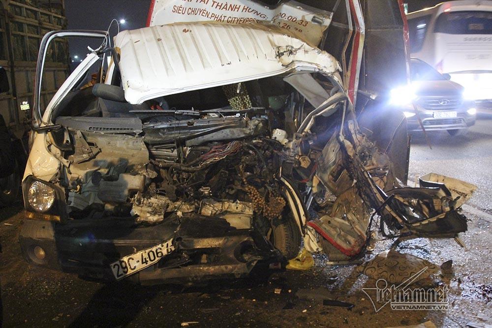 4 ô tô tông nhau vỡ vụn trên cầu Thăng Long, 2 người bị thương