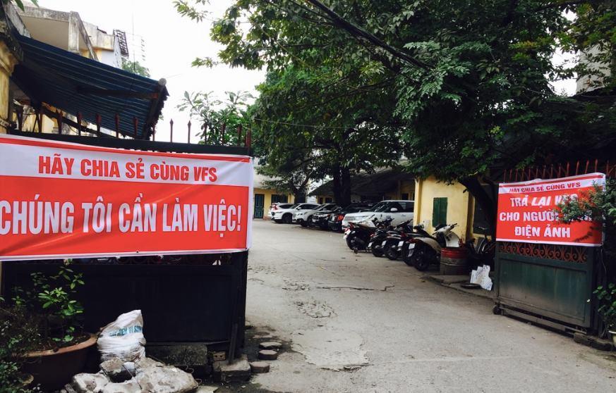 Bị nghệ sĩ căng biểu ngữ 'đuổi', chủ Hãng phim truyện Việt Nam xin lỗi