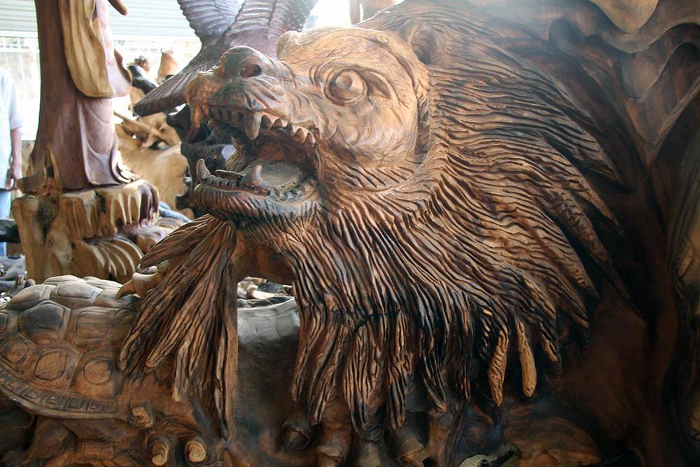 Đầu sư tử, đại bàng và cá sấu được điêu khắc trên bộ rễ cây