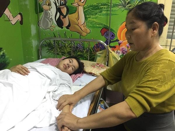 Xót xa mẹ đơn thân nén nỗi đau riêng chăm con u tủy