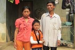 Xót xa người phụ nữ nghèo chăm chồng kinh phong, con trai xương thủy tinh