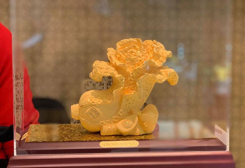 Mừng tuổi vợ sếp con heo vàng nguyên khối trăm triệu