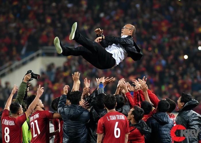Hình Tuyển Việt Nam tung ông Park Hang Seo đoạt giải 'Khoảnh khắc vàng 05'