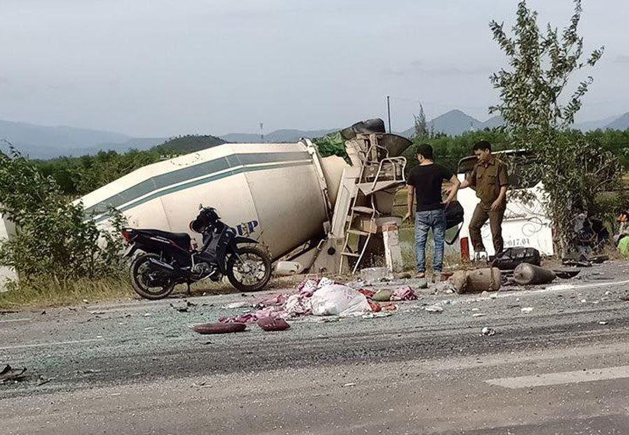 Xe khách tông xe bồn lao xuống ruộng, 5 người trọng thương