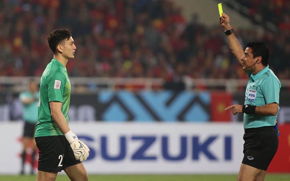 thủ môn Đặng Văn Lâm - Việt Nam nhận thẻ vàng tại AFF cup 2018