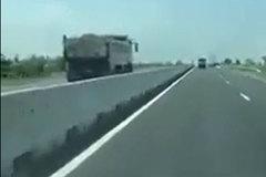 Kinh hãi xe ben 'lao như bay' ngược chiều trên quốc lộ