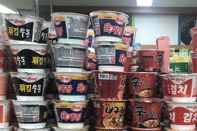 Mì ăn liền - biểu tượng cho sự đói nghèo cùng cực ở Hàn Quốc: Lót dạ cho người sống, thắp hương cho người chết