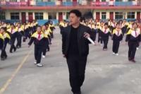 Thầy hiệu trưởng dạy học sinh nhảy trong giờ giải lao
