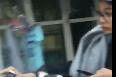 Cô gái đi xe đạp điện lao vun vút, mắt dán chặt vào điện thoại