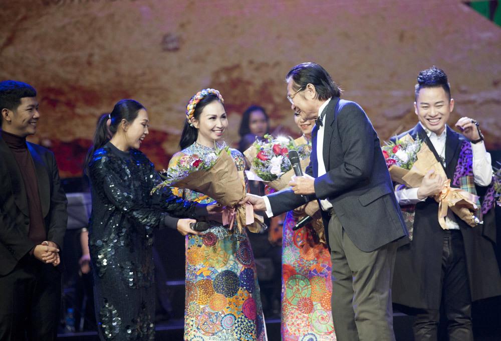 Hồng Nhung 'bắt cóc' và hòa giọng ăn ý với Cục trưởng Quang Vinh