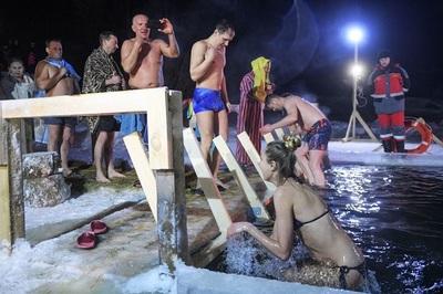 Xem dân Nga tắm hồ băng giữa trời tuyết rơi