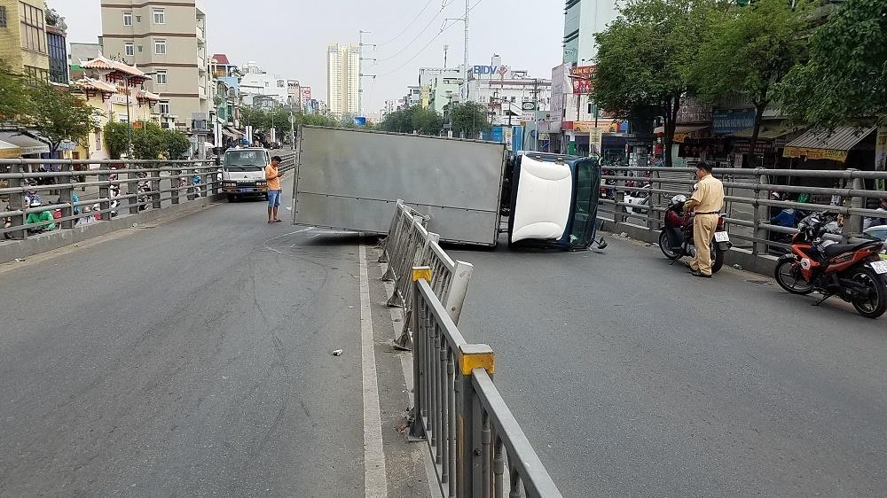 Xe tải lật tông trúng người đi đường, nhiều người hoảng loạn tháo chạy