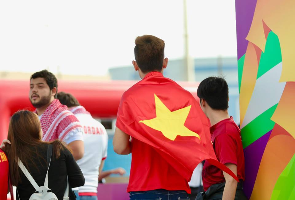 Fan nữ xinh đẹp hâm nóng sân Al Maktoum tiếp lửa tuyển Việt Nam