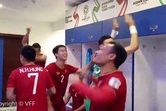 """Tuyển thủ Việt Nam ăn mừng cực """"nhiệt"""" trong phòng thay đồ"""