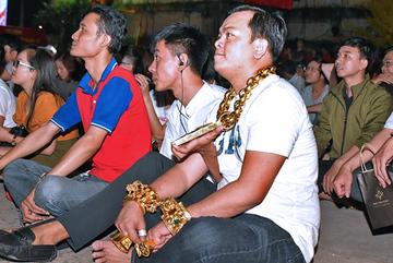 Người đàn ông đeo 13 kg vàng đưa vệ sĩ ra phố cổ vũ tuyển Việt Nam