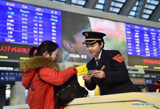 'Biển người' Trung Quốc bắt đầu mùa 'Xuân Vận'