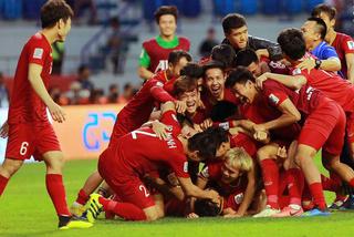 Đặt máy bay riêng, đi thẳng qua Dubai xem Việt Nam đá tứ kết