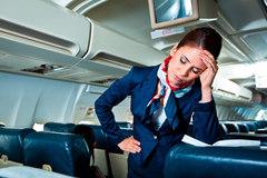 Khách kẹt trong toilet vì quá béo, nữ tiếp viên hàng không khóc nức nở