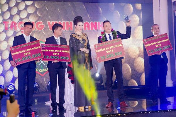 Công ty Long Hoàng trao thưởng 'khủng' trong tiệc Tất niên