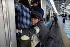 Giải pháp độc đáo chống quá tải giờ cao điểm của Nhật
