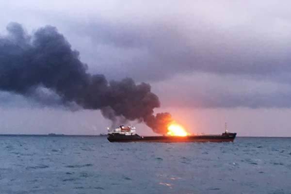 Hai tàu hàng bốc cháy ngùn ngụt trên eo biển Nga, 10 người chết