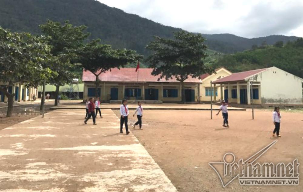 Đình chỉ hiệu trưởng ăn chặn tiền học sinh nghèo chia cho giáo viên