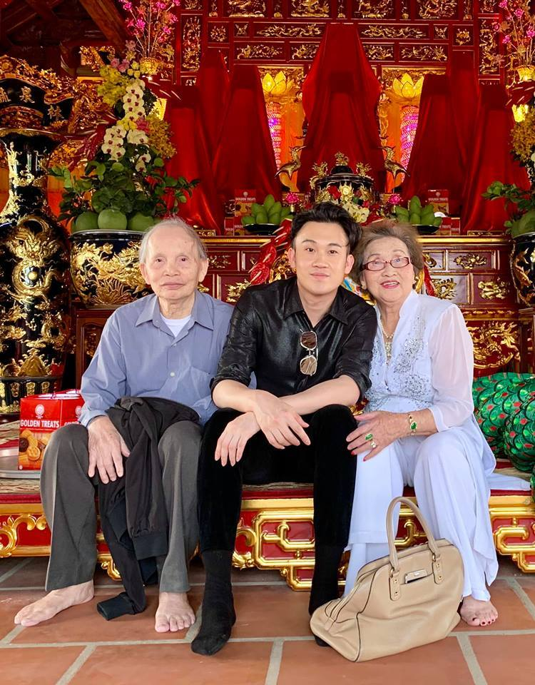 Bố mẹ Hoài Linh đến thăm nhà thờ Tổ 100 tỷ, fan phát hiện điều bất ngờ
