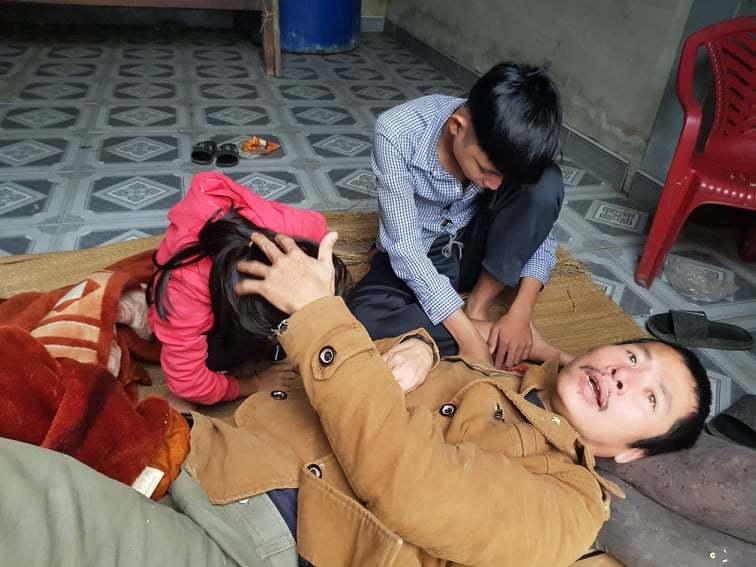 Bố liệt giường, mẹ bỏ đi, hai đứa trẻ bơ vơ trong đói rét