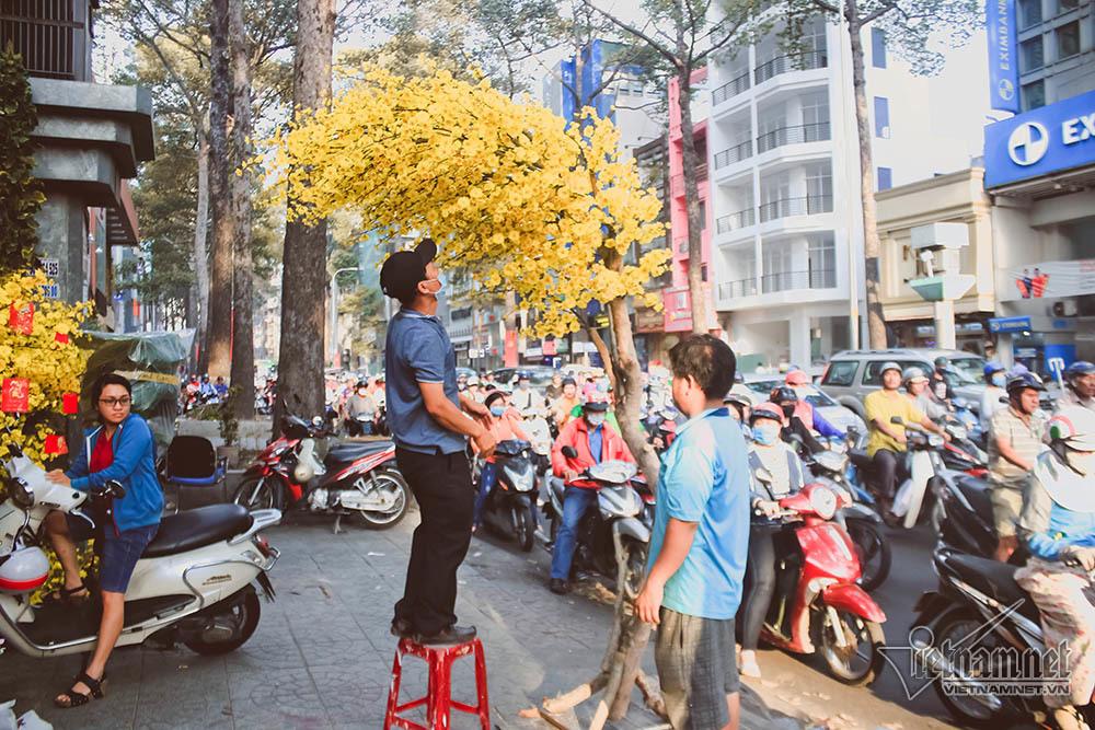 Anh chủ cửa hàng hoa làm điều 'lạ lùng' giữa phố Sài Gòn