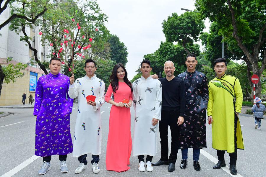 Đình Trọng, Văn Quyết 'chuyển nghề' đi làm người mẫu áo dài