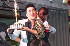Fan nữ hôn, tặng bánh sinh nhật Quang Hà trên sân khấu