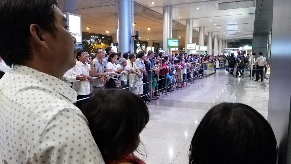 Sân bay Tân Sơn Nhất chật cứng vì '10 người đón 1' về quê ăn Tết