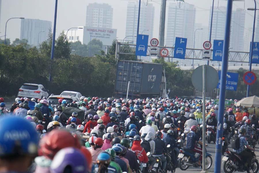 Cửa ngõ Sài Gòn kẹt kinh hoàng ngày cận Tết, nghìn người tìm lối thoát