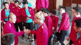 Trước trận đối đầu Nhật Bản, thầy Park rủ học trò chơi gameshow được chia sẻ rầm rộ