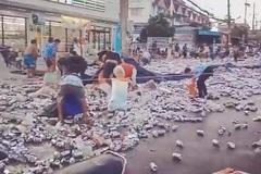 Xe bia bị lật giữa đường, dân nhanh chân ra nhặt