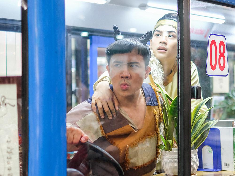 Trấn Thành búi tóc, mặc quần áo vá quậy tưng bừng phố Tết Sài Gòn