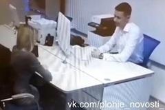 Không được vay tiền, cô gái cởi áo trước mặt quản lý ngân hàng