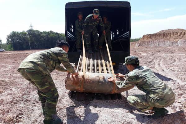 San lấp đất, tá hỏa phát hiện quả bom hơn 300 ký