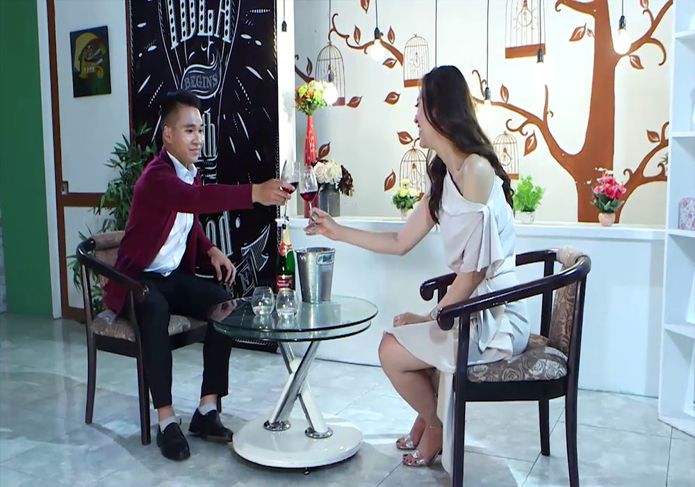 Người đẹp Hoa hậu Biển 'đứng hình' vì được tặng đồ lót trong cuộc hẹn đầu tiên