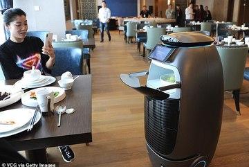 Khách sạn phi thuyền toàn robot phục vụ từ đồ ăn tới khăn tắm