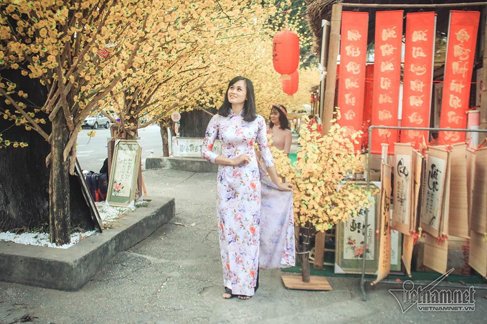 Quý cô Sài Gòn hào hứng khoe dáng dưới tán mai vàng