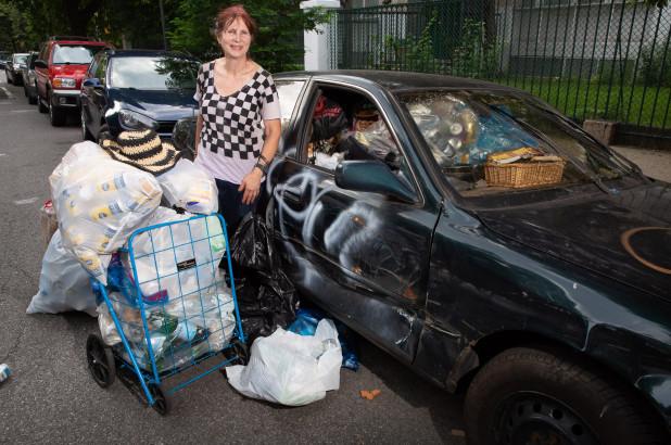 Nữ triệu phú có sở thích đi nhặt rác mỗi ngày