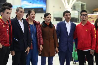 Bố mẹ Quang Hải, Văn Hậu, Tiến Dũng sang Dubai tiếp lửa cho con
