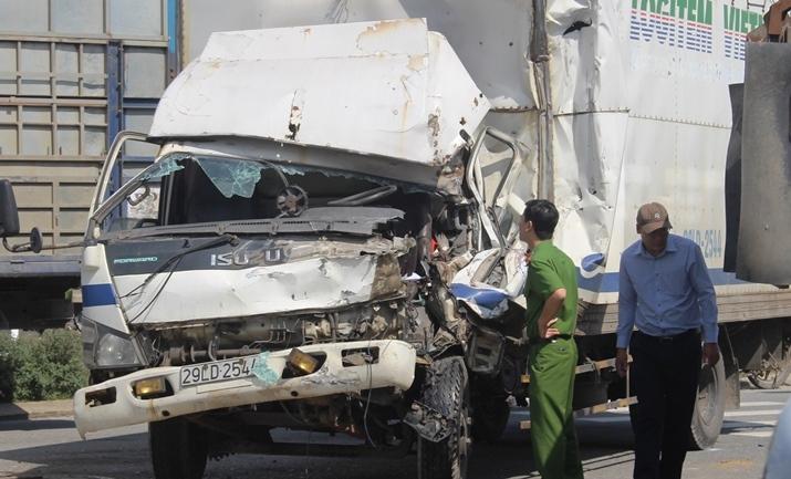 Đầu xe tải nát bét khi tông vào xe ben, tài xế nguy kịch