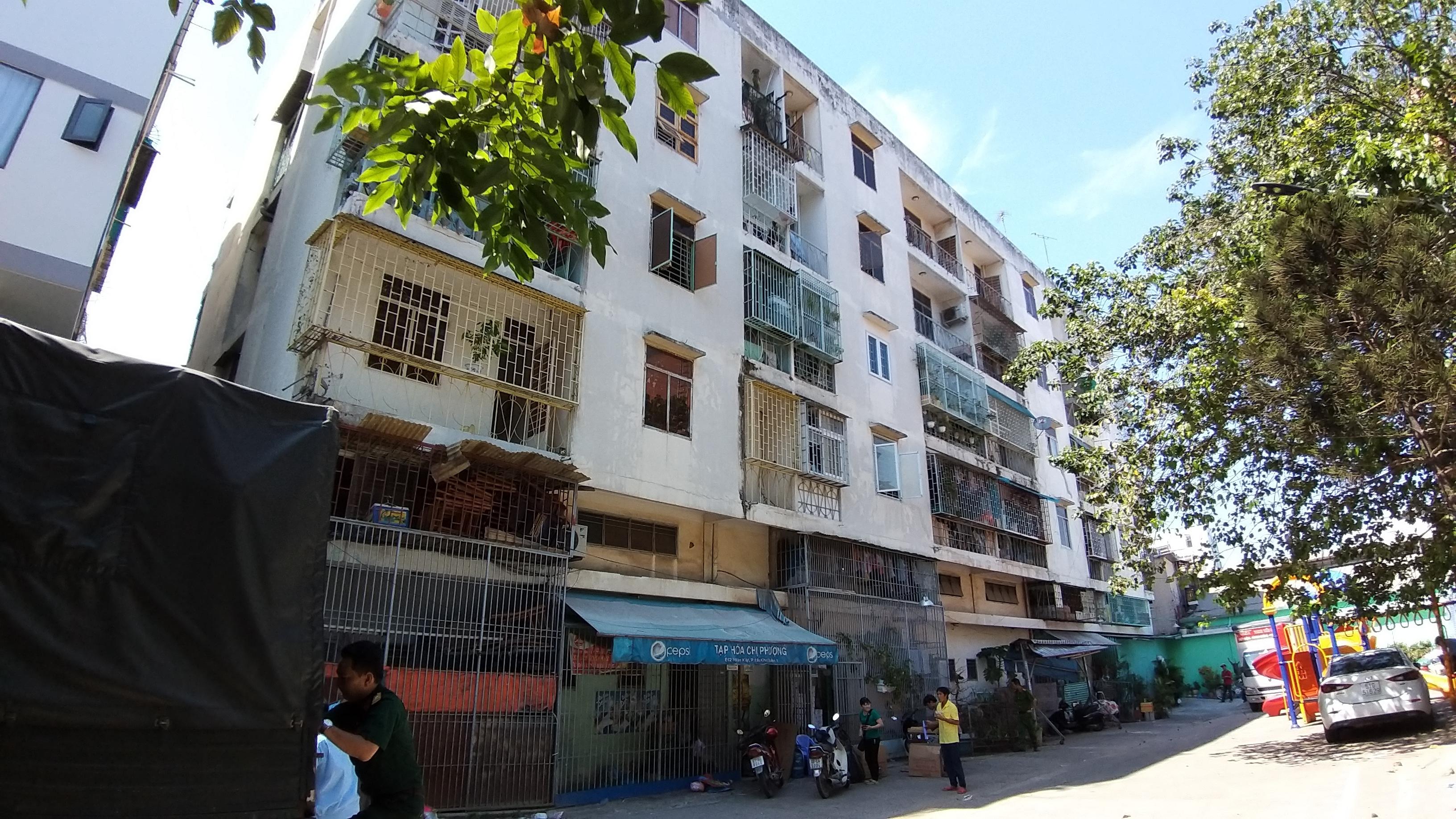 Người Sài Gòn dọn đồ đạc, di dời khẩn khỏi chung cư sắp sập