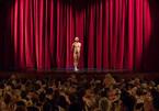 Nhà hát chật ních khán giả nude ngồi xem kịch khỏa thân