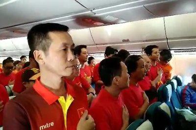 MC Phan Anh và CĐV Việt Nam hát quốc ca trên máy bay tới UAE