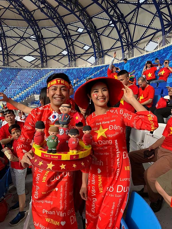 Ngọc Hân, Phan Anh hò hét cùng cổ động viên trên SVĐ Al Maktoum