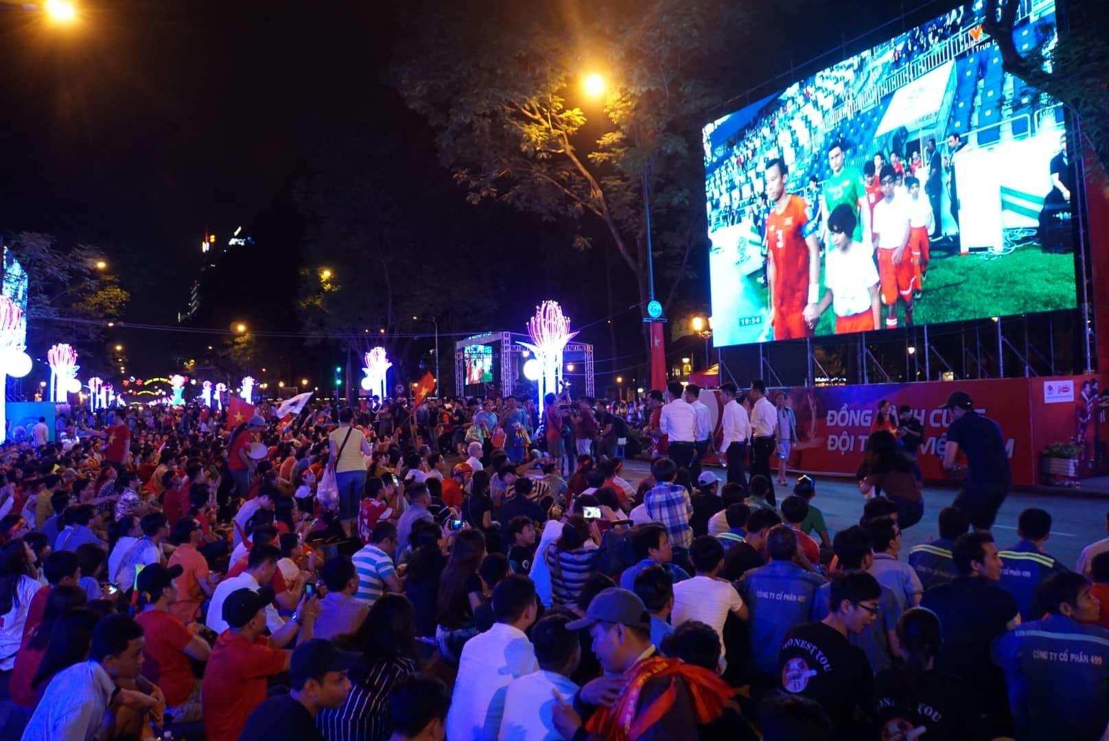 Nghìn người hâm mộ Sài Gòn đổ về đường Lê Duẩn cổ vũ tuyển Việt Nam